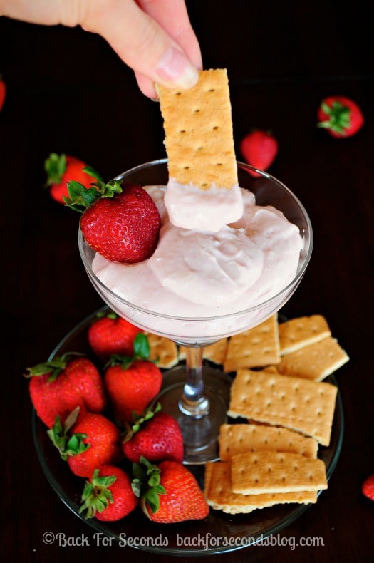 Skinny Strawberry Cheesecake Dip - All the strawberry cheesecake flavor with none of the guilt!! https://backforseconds.com  #recipe #dip #nobake #skinny #healthy #strawberry #cheesecake