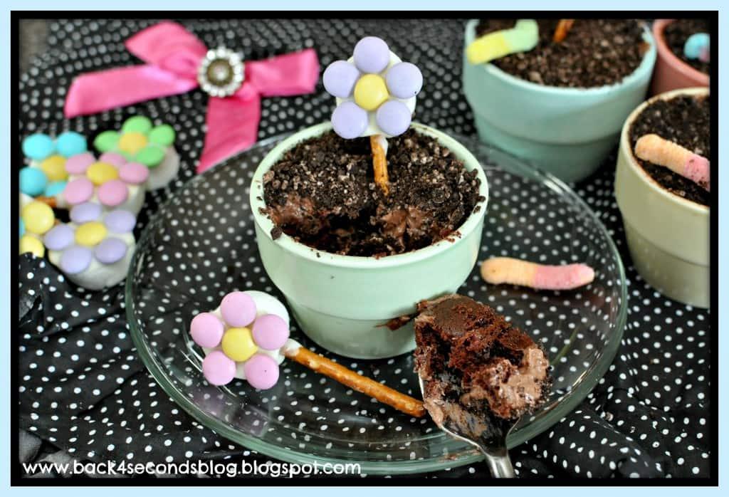 Flower Pot Cakes http://backforsecondsblog.com #dirt #chocolate #cupcakes #flowers #party
