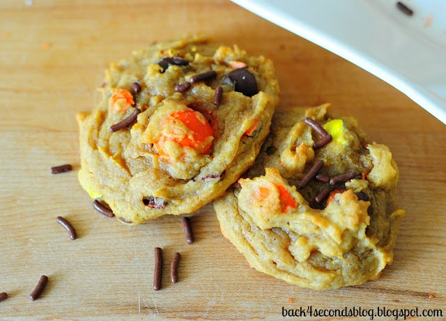 Peanut Butter Pumpkin Pretzel Cookies - A surprising combination that just can't be beat! These are AMAZING!!! http://backforsecondsblog.com  #pumpkin #peanutbutter #pumpkincookies