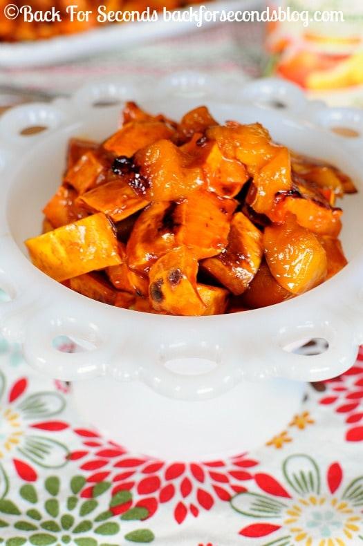 Maple Glazed Sweet Potatoes and Peaches - Tastes like candy and it's HEALTHY!! perfect holiday side dish! @Backforseconds #sweetpotatoes #holidaysidedish #thanksgivingsidedish