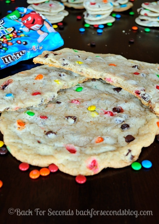 Soft and Chewy M&M Sugar Cookies - so addicting! Taste like they came from a bakery! http://backforsecondsblog.com #chewysugarcookies #m&mcookies #christmascookies