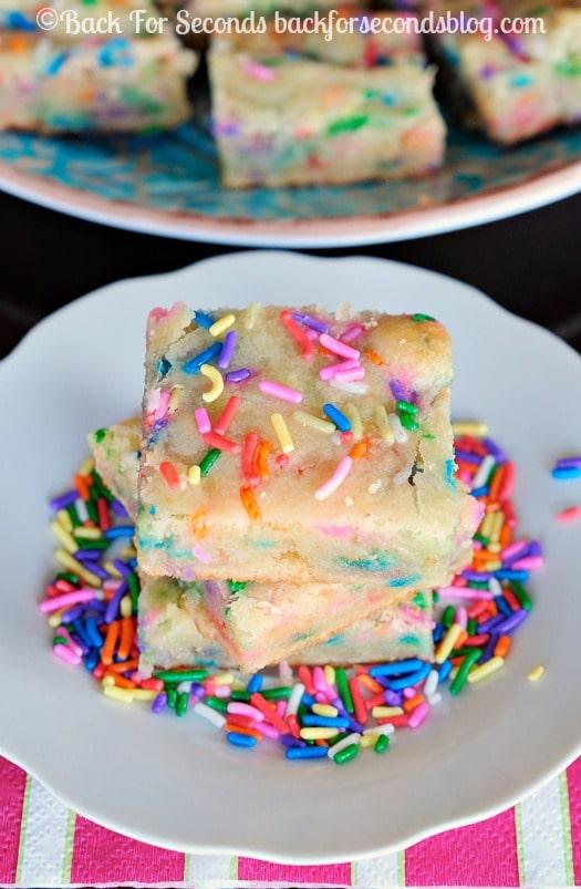 Birthday Cake White Chocolate Blondies - chewy, fudgy, and so much fun!! #blondies #sprinkles #dessert