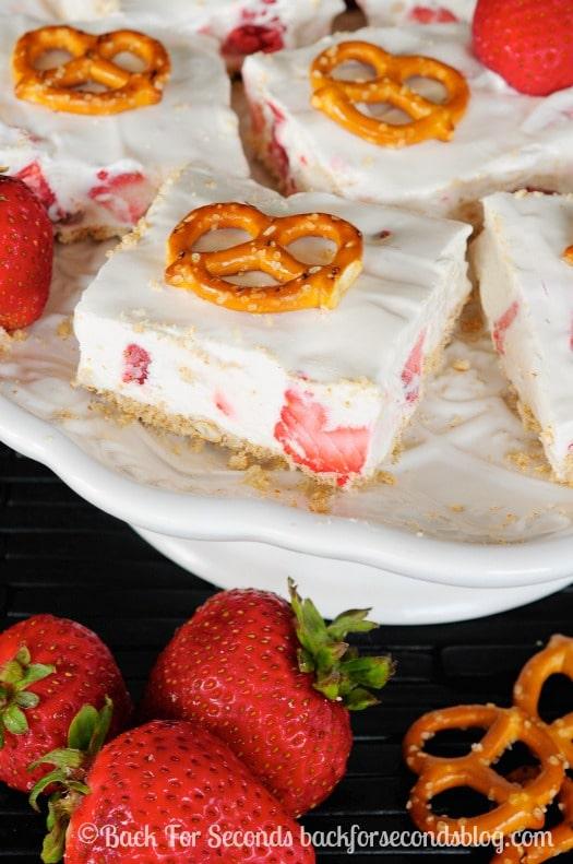 Strawberry Pretzel Bars - Cool, creamy, sweet, and salty goodness! #strawberries #nobake #dessert