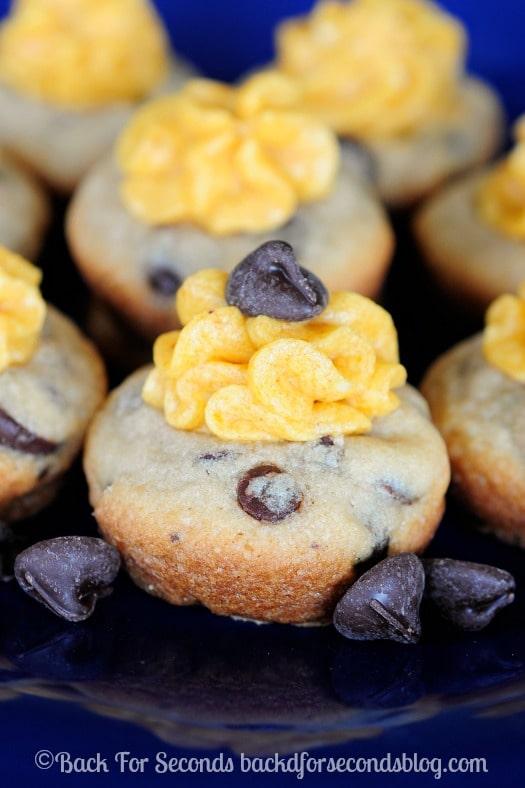 Pumpkin Pie Cheesecake Cookie Cups - Good Heavens these are AMAZING!! #pumpkin #dessert #chocolatechip